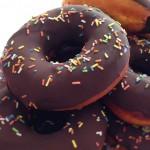 Donuts Selber Machen – Donuts mit Schokoglasur & Zuckerstreuseln